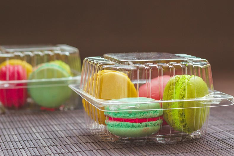 Vacuum formed clamshell packaging with coloured macaroons